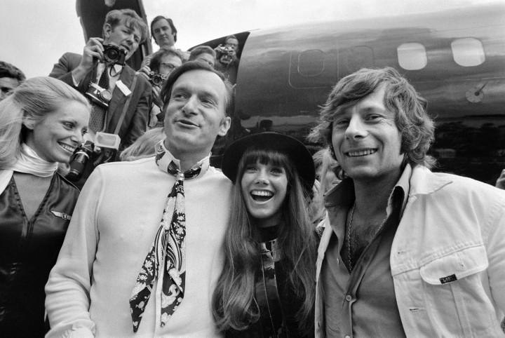 fondateur-Playboy-Hugh-Hefner-gauche-compagne-actrice-Barbara-Benton-realisateur-Roman-Polanski-arrivent-aeroport-Bourget-Paris-1970-Big-Bunny-avion-Playboy_1_1399_938