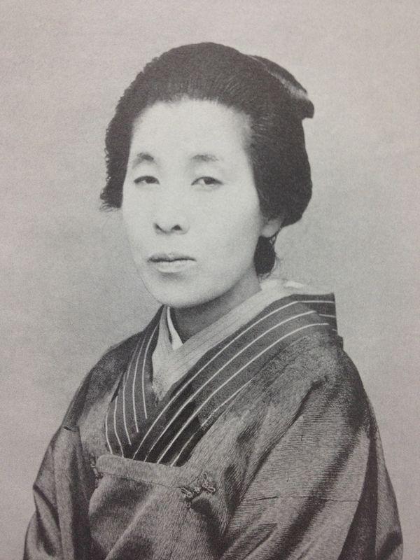 Cette photographie en noir et blanc montre Uemara Shoen en habit traditionnel japonais, les cheveux relevés en chignon.